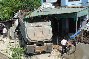 Xe đầu kéo đâm sập nhà dân, 2 người bị thương