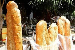 Nếm thử bánh mì khổng lồ ở An Giang