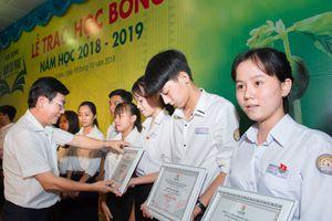 Đạm Cà Mau tặng học sinh nghèo hiếu học 150 suất học bổng