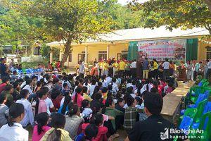 Chùa Phổ Môn trao 356 suất quà cho người dân và học sinh vùng rốn lũ