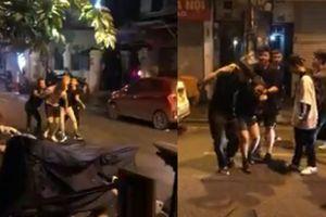 Anh Tây bị 4 thanh niên đánh bầm dập vì xù tiền, đấm nữ nhân viên ở Hà Nội