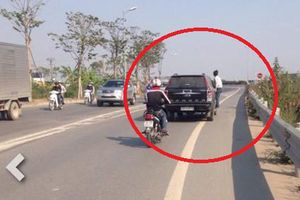 Thanh niên bám đầu xe tải 'xin đểu' hú vía vì gặp tài xế 'cứng'