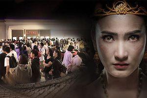 'Nữ thần rắn 2' thu về 145 tỷ đồng sau 2 ngày, hàng người đợi mua vé xếp dài như toa tàu