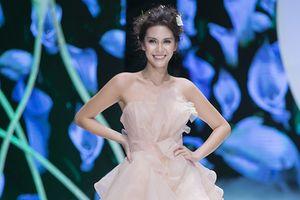 Hoa hậu trái đất Angelia Ong xuất hiện tựa nữ thần tại Calla Show 2018