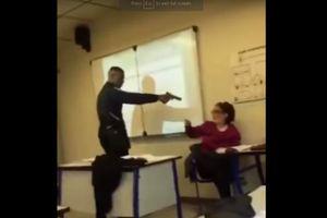 Rúng động chuyện nam sinh dám công khai dí súng vào đầu cô giáo, ép phải sửa sổ điểm danh