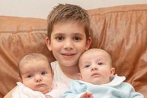 3 anh em sinh ba ra đời cách nhau 7 năm