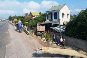 Nghệ An: Ô tô mất lái đâm sập nhà dân, 3 người bị thương nguy kịch