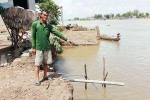 Hỗ trợ hộ dân bị sạt lở ở thị trấn Long Bình vượt qua khó khăn