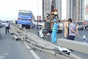 Xe khách 'làm xiếc' trên cầu Nhật Tân, hàng chục người thoát chết