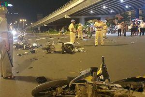Xe BMW tông nát 5 xe máy dừng đèn đỏ làm 6 người thương vong