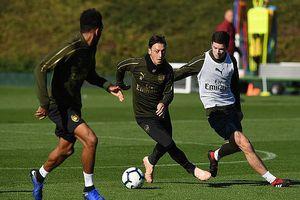 Trở lại sân tập, Mesut Ozil sẵn sàng cùng Pháo thủ bắn hạ 'Bầy cáo'