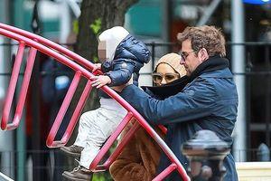 'Tình cũ' Ronaldo và bạn trai hạnh phúc đưa con gái đi chơi