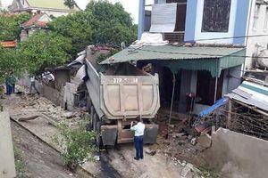 Nghệ An: Xe đầu kéo lao vào nhà dân, chủ nhà bị thương nặng