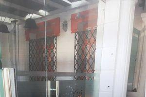Cửa sổ biệt thự cổ bị xây rào sắt kiên cố, bịt kín khiến dân lo lắng