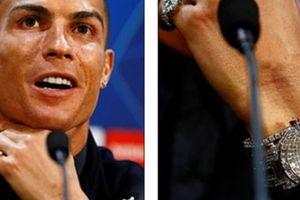 'Lác mắt' vì món đồ 'độc' 53 tỷ Ronaldo mang về M.U để lấy may