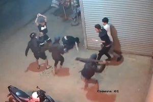 2 nhóm thanh niên cầm dao, rựa chém nhau kinh hoàng