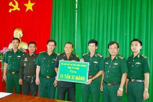 Hỗ trợ 15 tấn xi măng cho Tiểu khu Quân sự tỉnh Svay Rieng, Campuchia