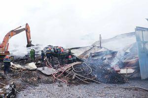 Kho chứa củi bịt kín bị cháy suốt 13 giờ chưa được dập tắt
