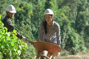 Hoa hậu Tiểu Vy mặt mộc xúc đất, đào giếng cho bà con bản Nịu