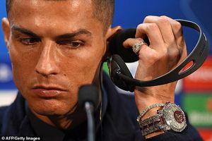 C.Ronaldo khoe đồng hồ gần 60 tỷ đồng trong ngày trở lại Manchester!