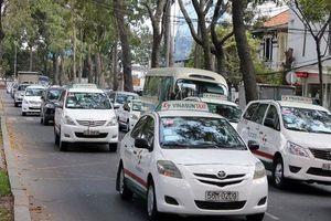 Uber rút lui, kiện Grab ra tòa: 'Ông trùm' taxi truyền thống đang 'hồi sinh'?