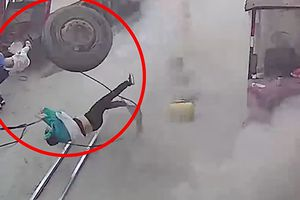 Lốp xe tải nổ tung khi đang bơm, hất bay người phụ nữ bế con nhỏ