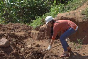 Hoa hậu Tiểu Vy đào giếng, đẩy xe giúp bà con đưa nước về bản Nịu