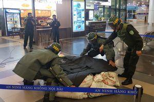 Li kỳ xem gỡ bom, mìn tại sân bay Nội Bài