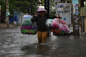 Phố nhà giàu ở TP.HCM chìm trong biển nước sau cơn mưa lớn