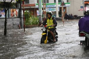Khu phố nhà giàu ở Sài Gòn lại ngập trong 'biển nước' sau cơn mưa chưa đầy 15 phút: 'Giàu hay nghèo gì cũng vật vã lội nước'