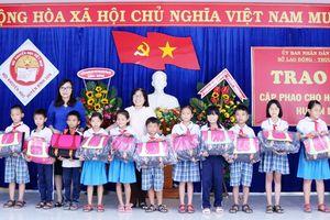Quảng Ngãi: Trao tặng cặp phao cho học sinh 4 huyện vùng lũ