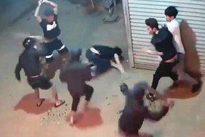 Đám đông cầm dao, mã tấu lao vào chém nhau loạn xạ ở Lâm Đồng