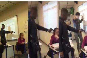 Nữ giáo viên bị nam sinh chĩa súng vào đầu đe dọa ngay trong lớp học