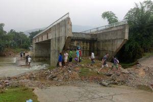 Gấp rút hoàn thiện đường dẫn cầu qua suối Rộc