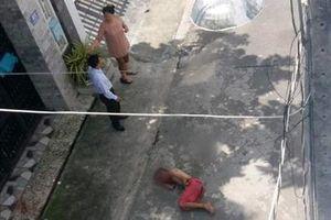 Thanh niên cởi trần nhảy từ lầu 2 nhà hàng xuống đất