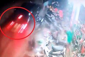 Clip: Ô tô điên lao lên vỉa hè hất tung nhiều người, cày nát hàng loạt xe máy