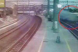 Clip: Khoảnh khắc tàu hỏa Đài Loan trật bánh thảm khốc qua camera an ninh