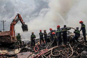 Xưởng gỗ dăm ở Bình Định cháy qua đêm vẫn chưa được dập tắt