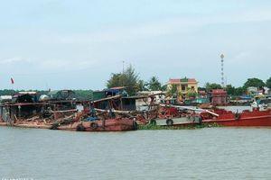 Dân bắt giữ tàu khai thác cát trên bãi ngao