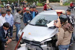 Xe Toyota mất lái gây tai nạn liên hoàn, 4 người bị thương
