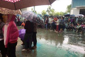 Hàng nghìn công nhân tiếp tục đội mưa ngừng việc tập thể
