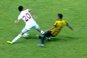 Clip: Tình huống hậu vệ U19 Malaysia 'đốn' gãy chân đối thủ