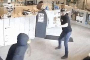 Ba tên cướp 'cắp giày' bỏ chạy khi hành nghề gặp phải cao thủ