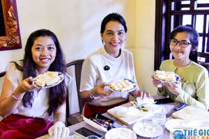 Nhóm AWCH trải nghiệm làm món ăn Việt