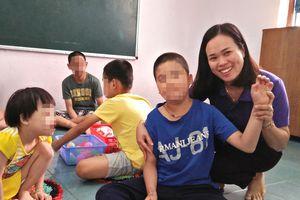 Cô giáo mỉm cười khi bị... học trò đánh