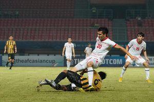 Cầu thủ U19 Malaysia vào bóng kinh hoàng khiến đối thủ gãy gập chân