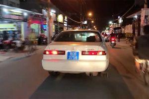 Xe biển xanh gây huyên náo trên đường phố Sài Gòn mang biển giả