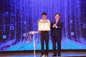 Nam sinh lớp 12 giành giải đặc biệt với 'Robot tái mô phỏng hóa hành động'