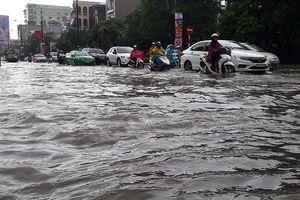 TP Thanh Hóa: Mưa lớn, đường biến thành sông, giao thông tê liệt