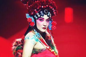 Sau nhiều lần ăn mặc kinh dị gây shock, 'Nhĩ Thái' Trần Chí Bằng cũng thỏa ước mơ giả gái trên sàn chữ T